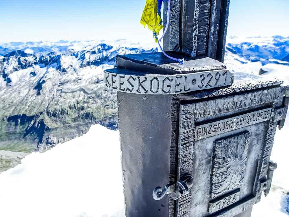 Am Gipfel angekommen - es liegt sehr viel Schnee (Juli).