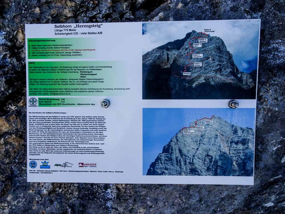 Tafel am Einstieg zum Klettersteig.