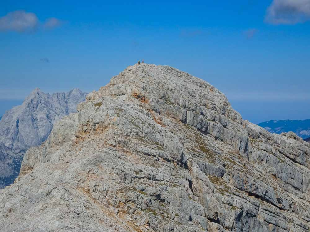 Rückblick zum Hauptgipfel, der Abstieg in die Luegscharte ist steil.