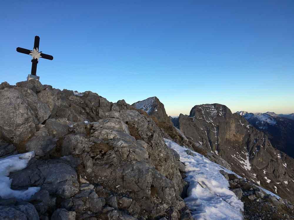 Am Gipfelkreuz angekommen, die Sonne geht schon fast unter.