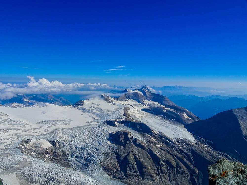 Spaltige Gletscher und unzählige Gipfel.