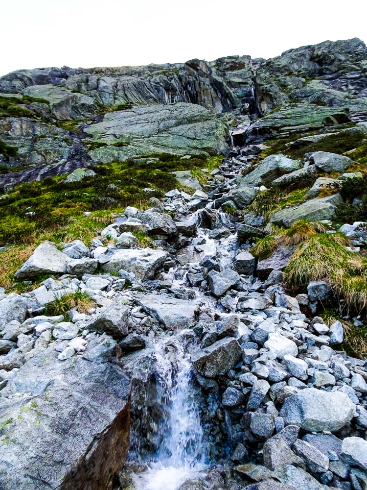 Entlang von zahlreichen Wasserfällen.