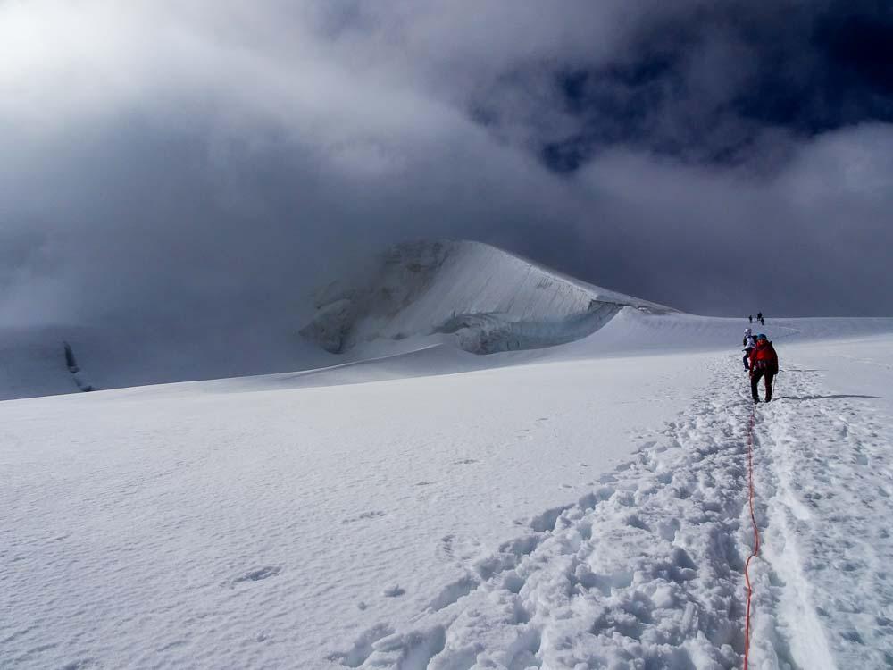 Der Abstieg am Normalweg über den spaltenreichen Gletscher.