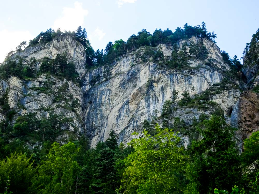 Hier geht der Klettersteig durch die Wand.
