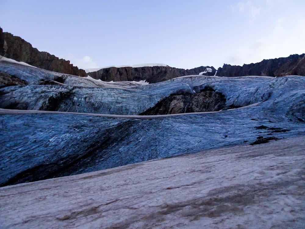 Der Aufstiegsweg über den Gletscher ist bei Blankeis sehr anstrengend und steil.