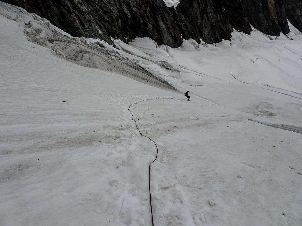 Abstieg über den Gletscher (mittig-rechts haltend).