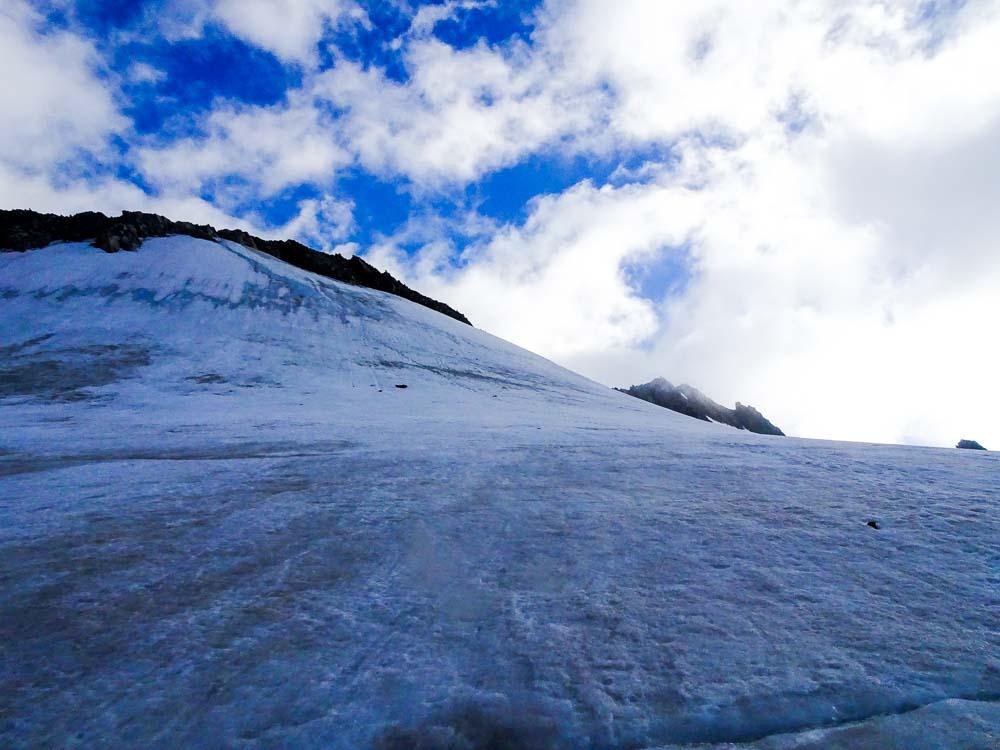 Dort oben ist der Gipfel des Grünegghorns.