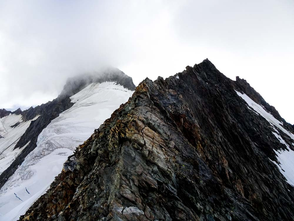 Von hier ist es aber noch ein langer Weg (der Gipfel des Großen Grünhorns im Nebel).