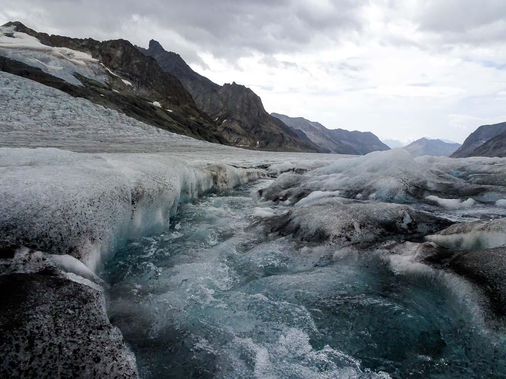 Am Nachmittag bilden sich einige Gletscherbäche - die meisten kann man aber überspringen.