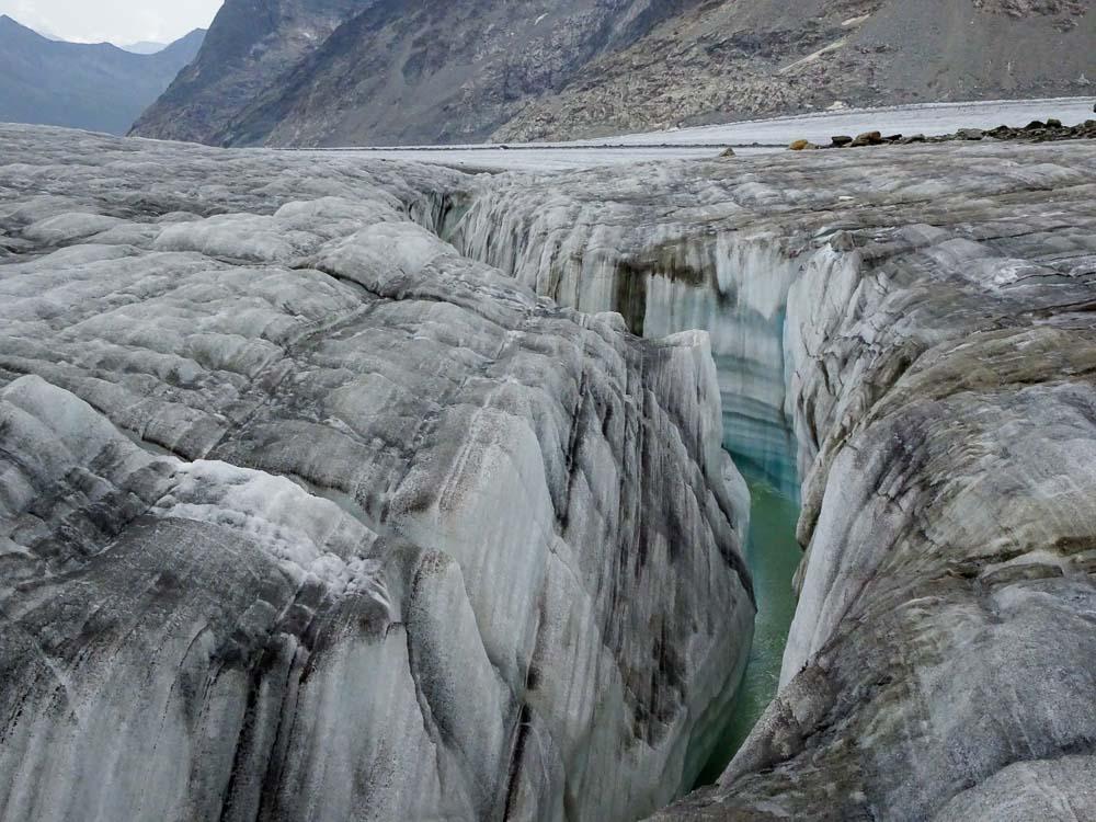 Ein Canyon versperrt uns den Weg - man folgt im links bis zu den Felsen.