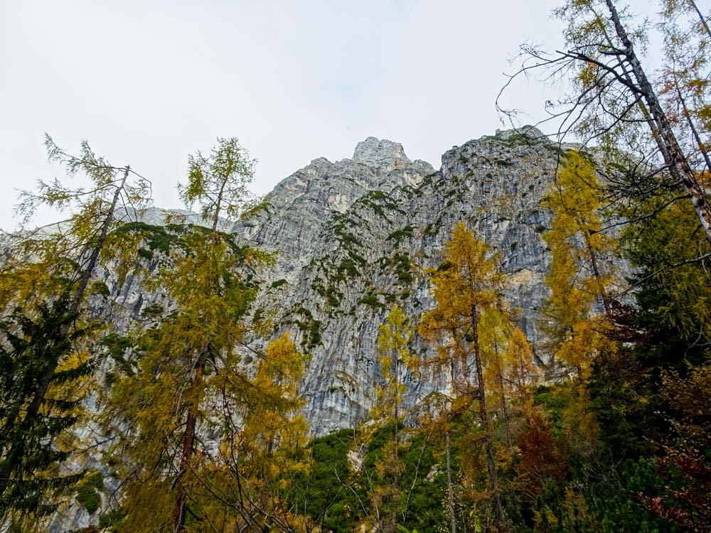 Zustieg am Weg zur Passauer Hütte - durch diese Wand verläuft eine eindrucksvolle Kletterei: Alpine Passion (V+/E3) 28SL