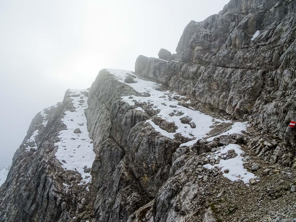 Auf den breiten aber schneebedekcten Bändern geht es im Zick-Zack nach oben - der Weg ist gut markiert.