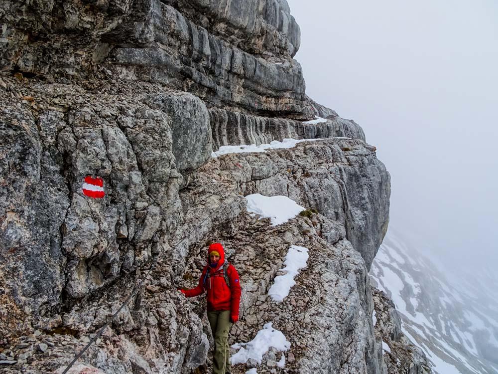 Am Abstieg durch die Nordwestseite sind Sicherungsseile angebracht