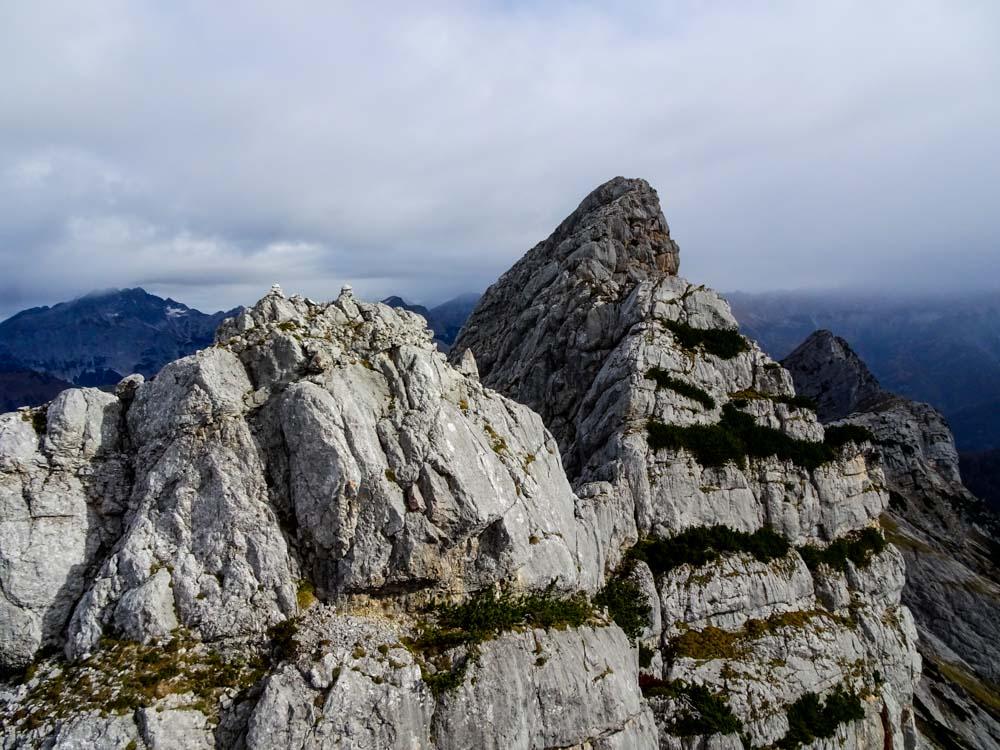 Der Blick über den Gipfelgrat Richtung Osten - ebenfalls eine interessante Überschreitung