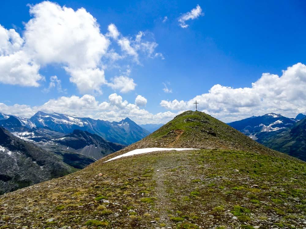 Nach kurzem Aufstieg am Gipfelkreuz des Messeling angekommen.