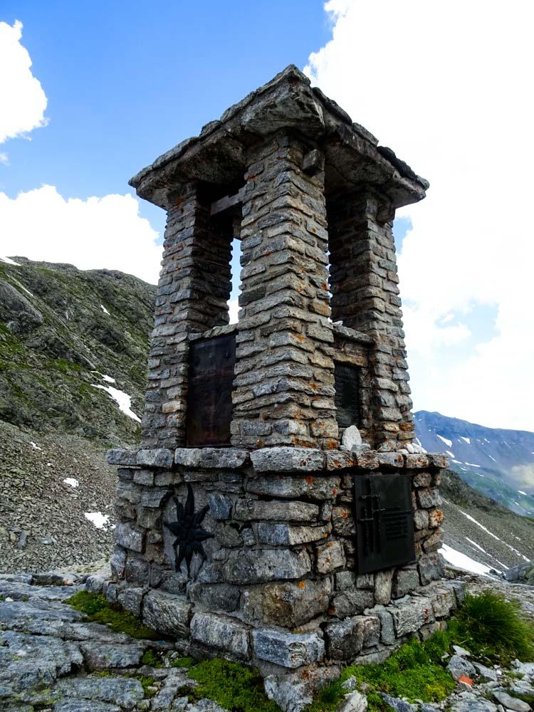 Ein Denkmal als Wegweiser am Felber Tauern - Das Tauernkreuz von 1952.