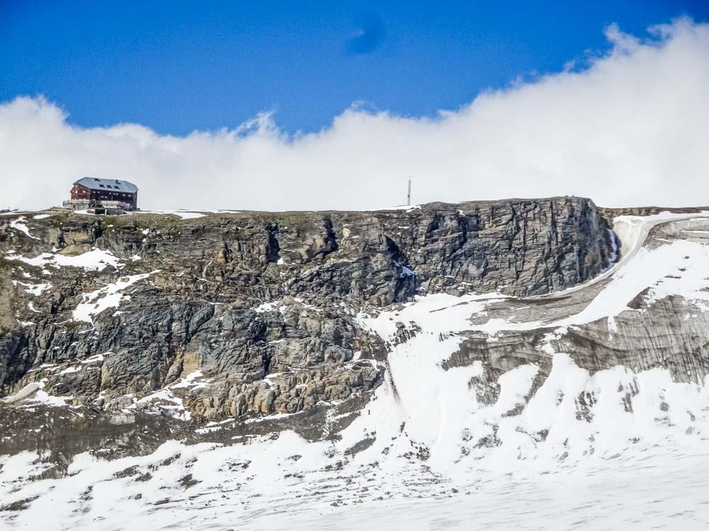 Großer Burgstall mit der Oberwalderhütte