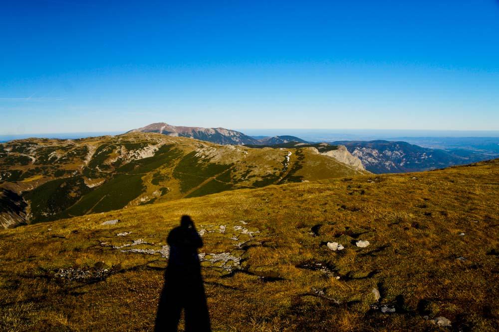Ein kleiner Schatten in einer endlosen Bergwelt - und für das Auge verschwinden die Grenzen am Horizont
