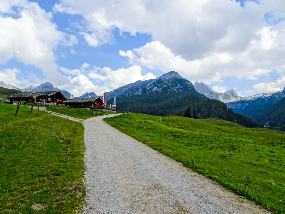 Am Abstieg geht es vorbei an den Hütten der Kallbrunnalm, im Hintergrund das Seehorn