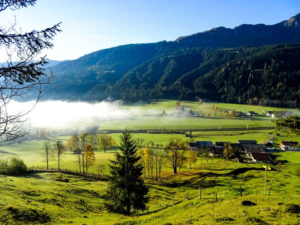 Der Nebel über dem Talboden von Grießen verzieht sich nur langsam