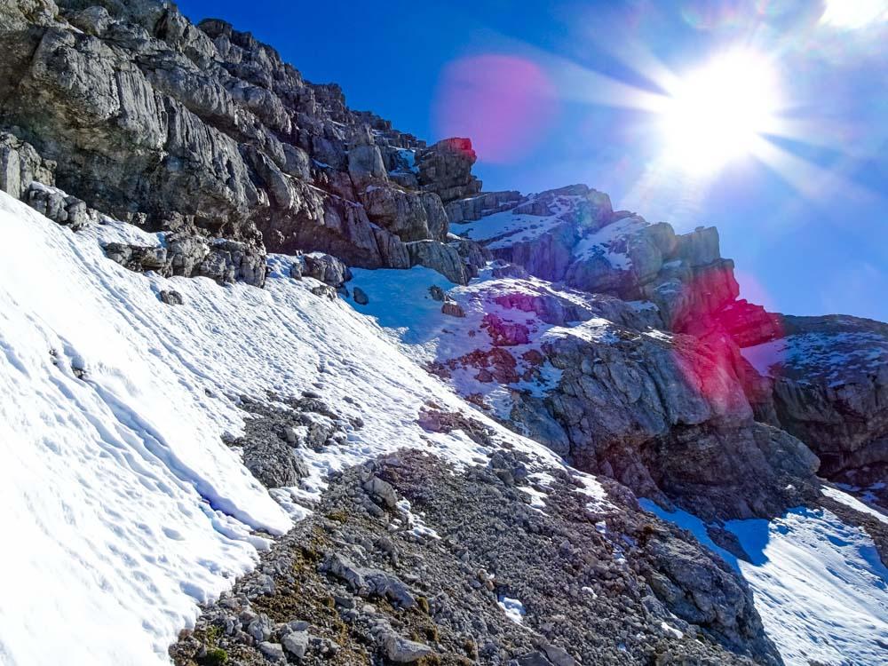 Der Aufstieg zum Gipfel erfolgt über teilweise nordseitige Bändern - viel Schnee ist zu erwarten