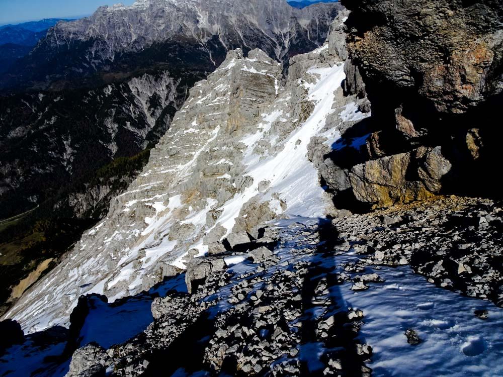 Rückblick mit den Aufstiegsspuren durch die Schneefelder