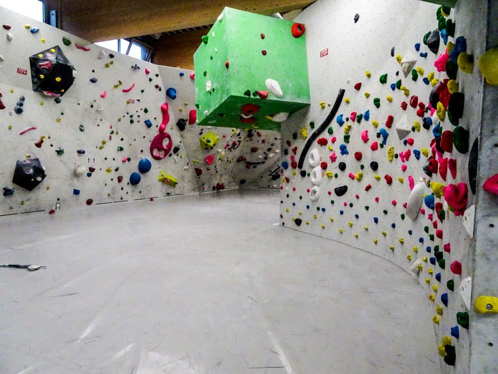 Rechts an der Wand entlang die Kinder-/Kurs-/Übungswand