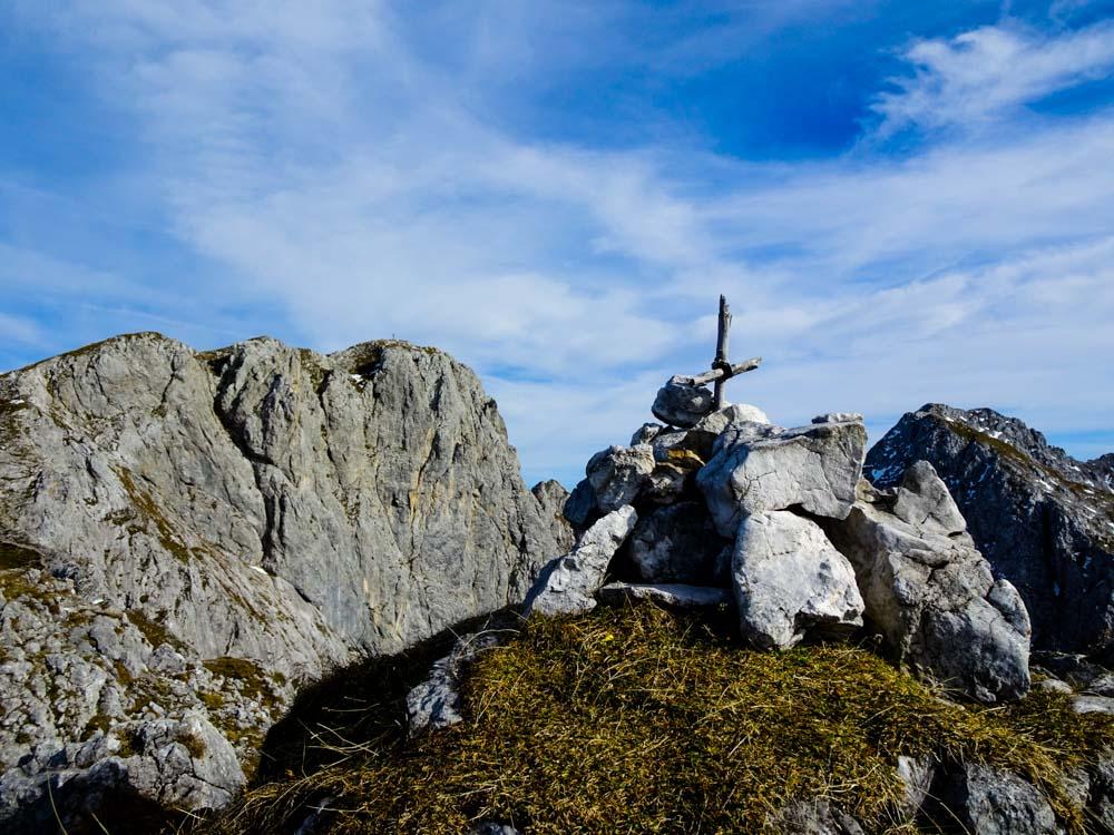 Das Gipfelkreuz der Kopfkraxen fällt hier eher etwas mager aus - aber die Zufriedenheit überwiegt - im Hintergrund das Sonneck (links) und der Treffauer (rechts)