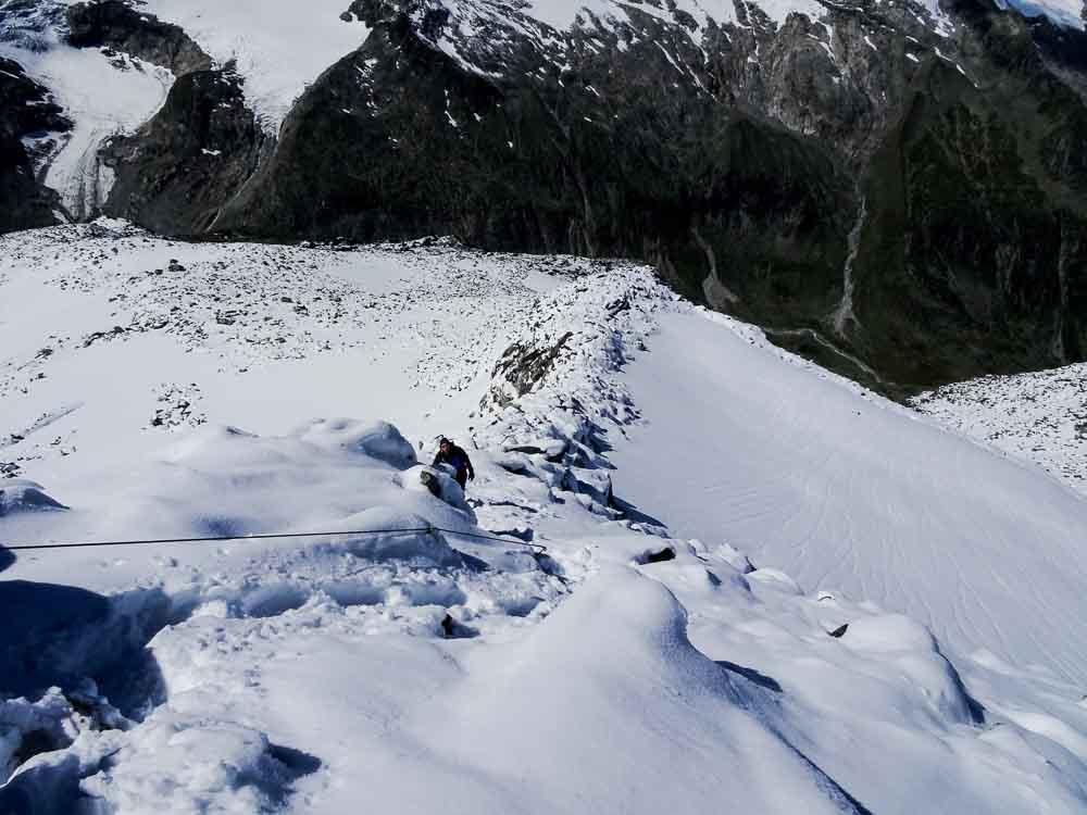Abstieg auf der Aufstiegsroute durch Schnee am Grat (aber nicht steil).