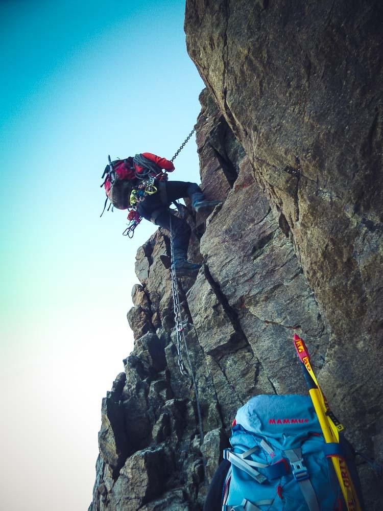 Steile Passagen sind mit Ketten und Seilen versichert.