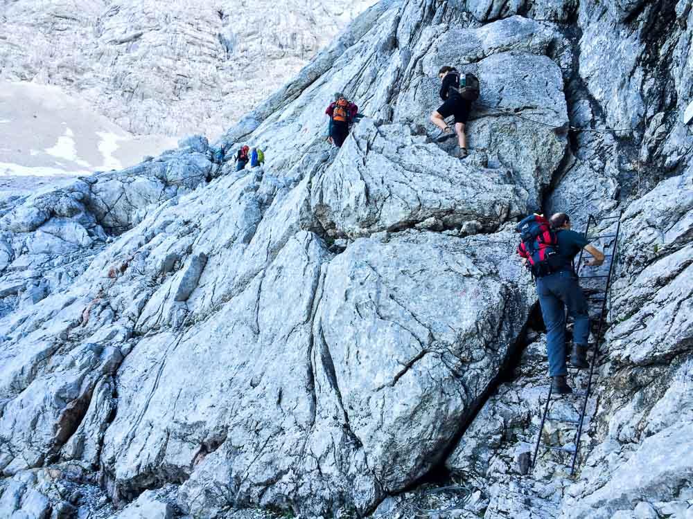 Alle schwierigeren Passagen sind mit Leitern oder seilversichert, ein Klettersteigset braucht man aber nicht, die Wege sind gut zu begehen, obwohl man natürlich trittsicher sein sollte.