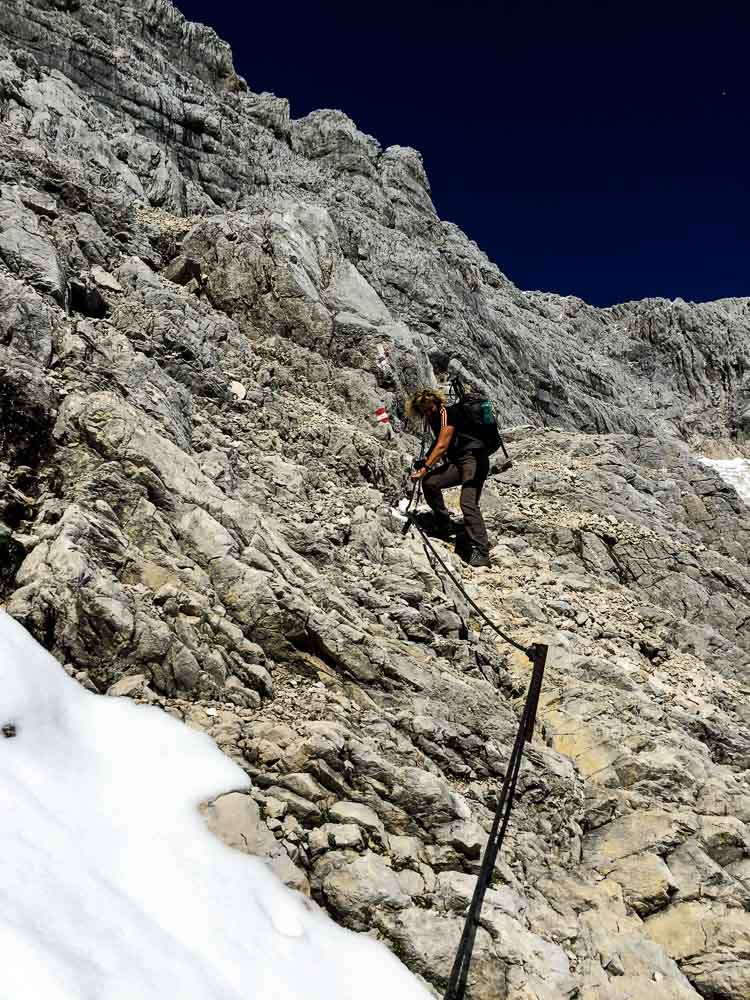 Der Abstieg Richtung Prielschutzhaus ist zwar recht einfach, aber manchmal ist dann trotzdem noch ein Seil zum Anhalten da - auch nicht unpraktisch :) Aber auch hier ist kein Klettersteigset nötig, der Weg ist nicht sehr steil und gut gehbar.