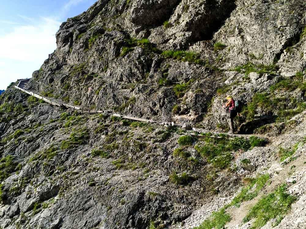 Steiler Steg im ersten Teil der Tour mit Handlauf und grandioser Aussicht.