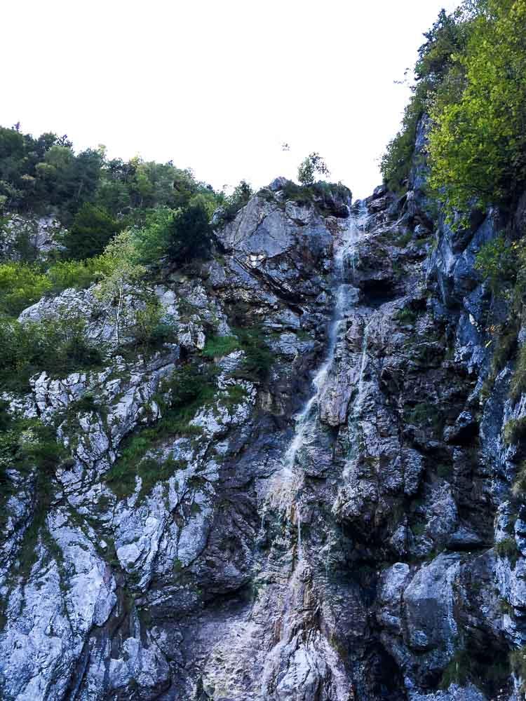Der Wasserfall direkt nach der Hütte.