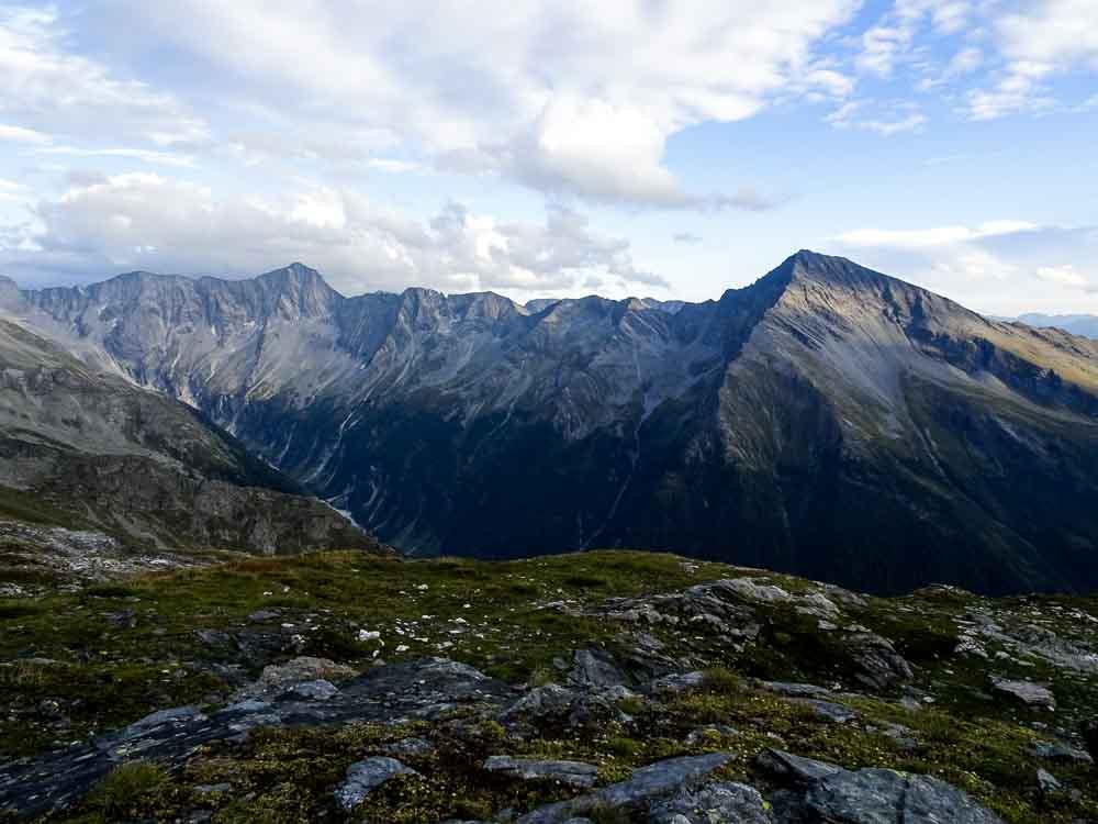 Auf dem Weg zum Ankogel - zuerst eben, dann steil über Felsen.