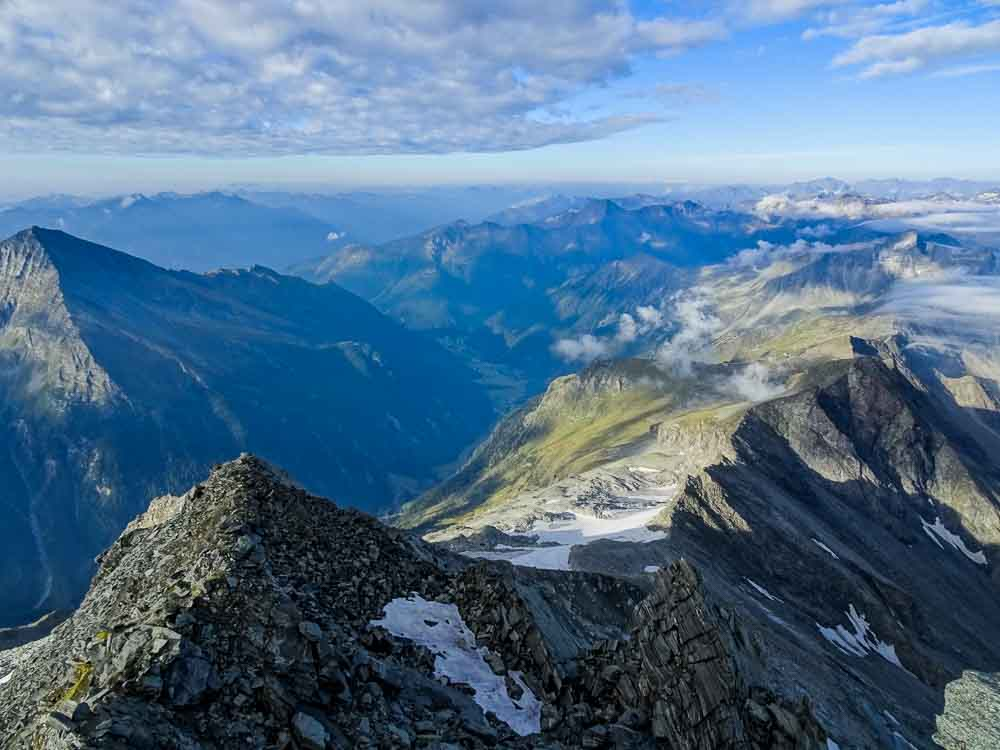 Der Weg Richtung Gletscher, rechts am Grat halten.