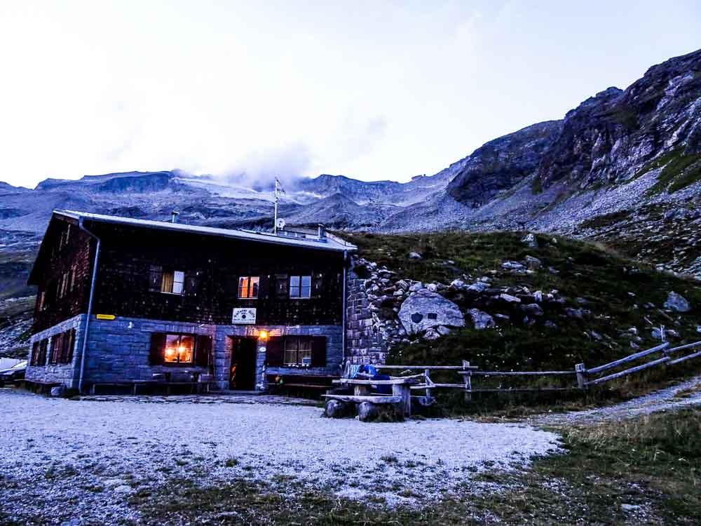 """Ankunft am Abend bei der Gießener Hütte - oben hinten sieht man die """"Steinmanderl""""."""