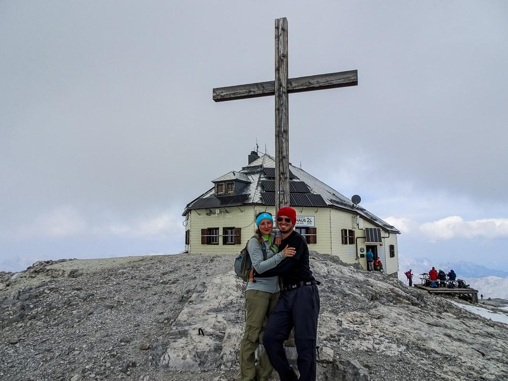 Am Gipfel mit Kreuz und Hütte.