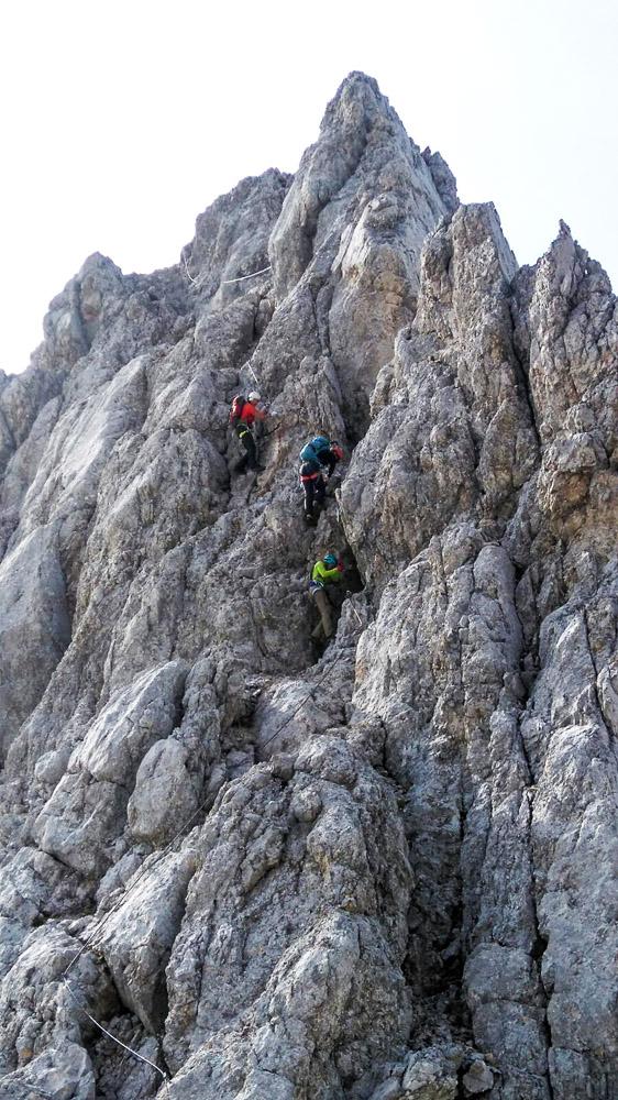 Mitten im Felsen geht es immer weiter bergauf.