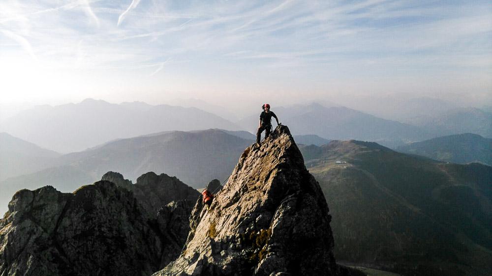 Bei Sonnenaufgang schon am Gipfel des ersten Felsens!