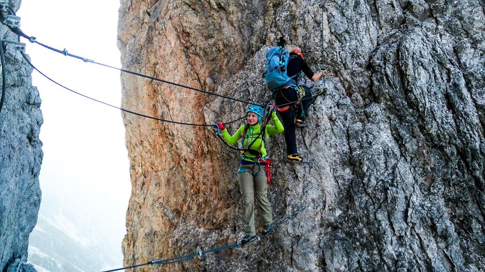 Interessante Seilbrücke - die Selbstsicherung mit Bandschlinge gibt Sicherheit.