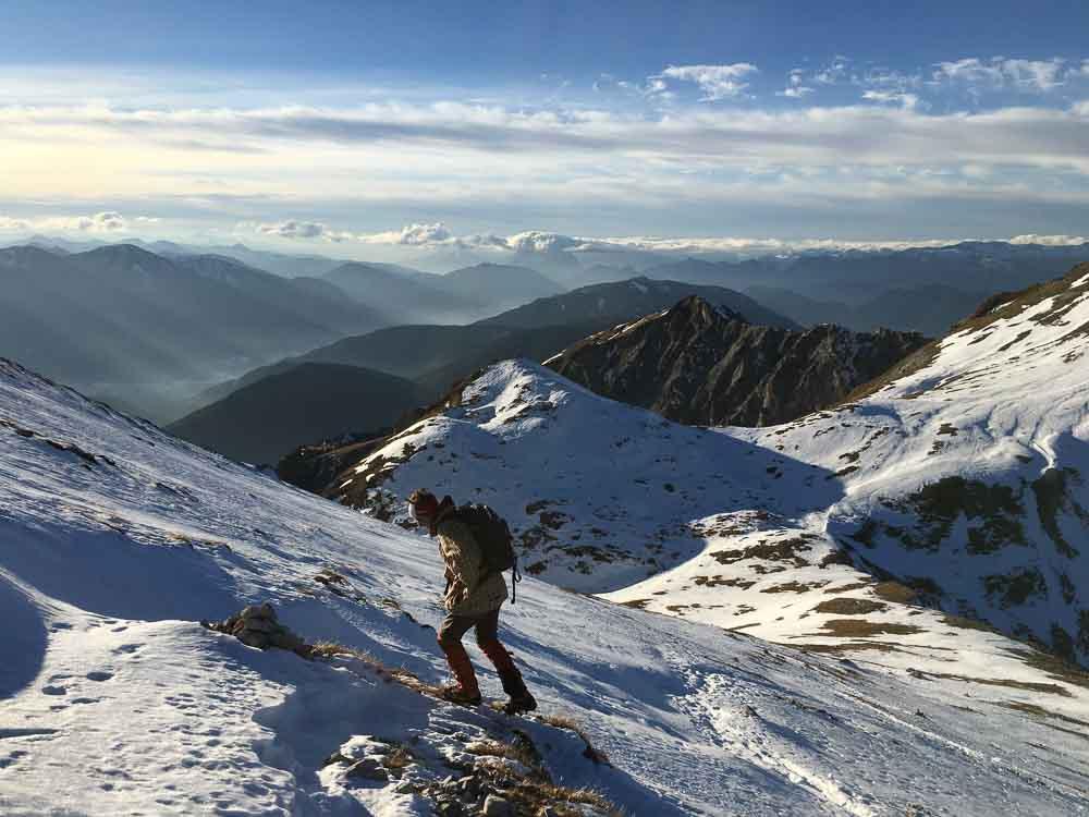 Aufstieg im Winter nur mit Steigeisen möglich, ansonsten Rutschgefahr an den steilen Hängen.