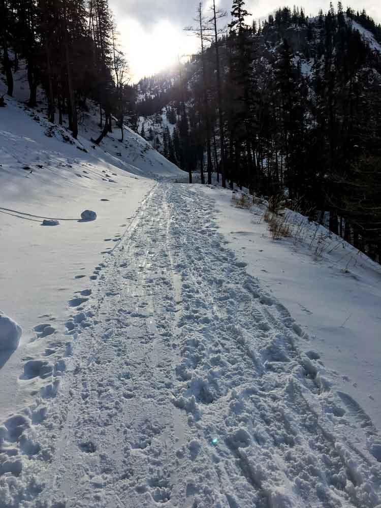 Der Weg geht lange relativ eben dahin, Schneeschuhe sind von großem Vorteil!