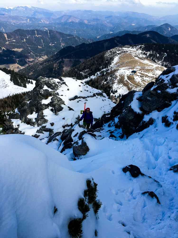 Im Winter ist der Aufstieg durch den Schnee gut machbar, Steigeisen sollte man trotzdem einpacken.