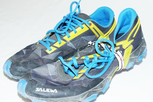 ... im Gegensatz zu den schweren Schuhen sieht man hier, dass sich diese auf die Hälfte zusammendrücken lassen, daher kann man sie sehr gut im Rucksack verstauen.