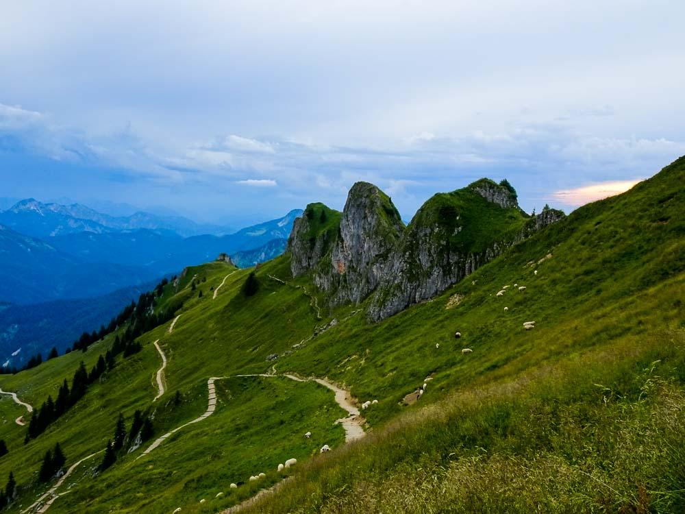Der Weg unter den Felsen entlang ist kürzer und gut zu gehen.