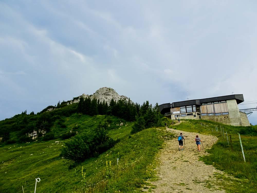 Man sieht bereits den Taubenstein hinter der Bergstation.