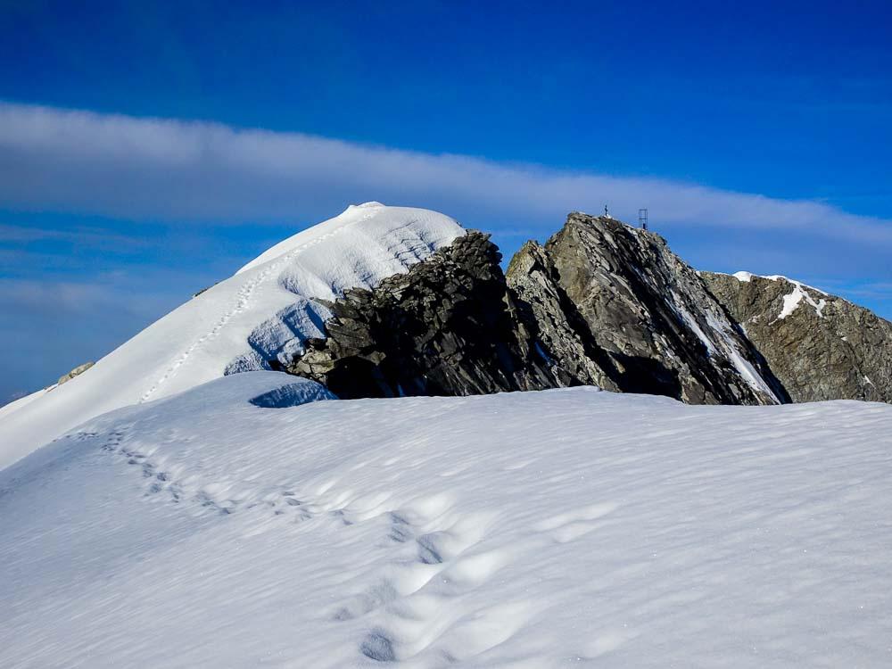 Spuren zum Gipfelgrat hinüber.