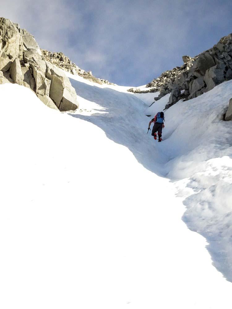 Die Rinne ist steil, aber der Schnee ist tief und gut zu steigen.