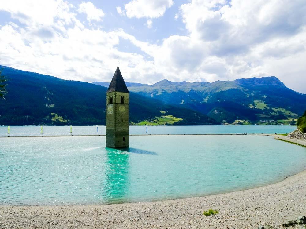 Am Reschensee kann man einen Kirchturm im See bewundern.